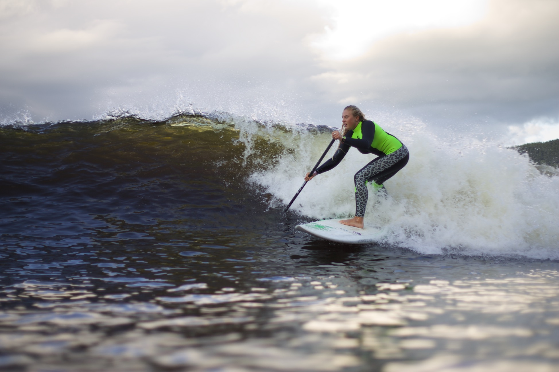 How to become a all rounded SUP surfer Feature image : Izzi Gomez Surf at Snowdonia by paulterry.co.uk/